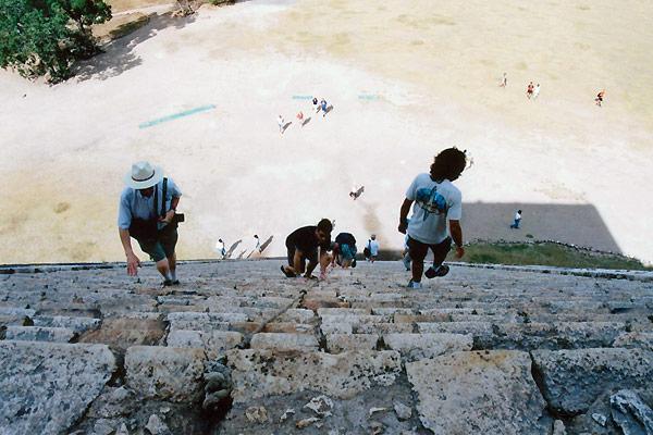 Den stejle vesttrappe på El Castillo set fra oven i Mexico