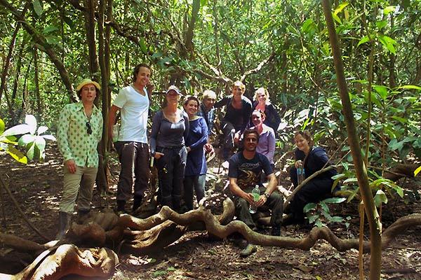 Med andre i junglen_Om at rejse alene af Tine Haslam