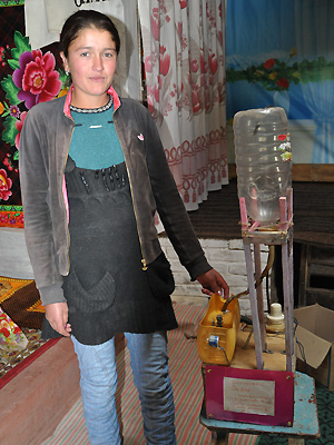 Safars datter fremviser sin skoleopgave i Tadsjikistan