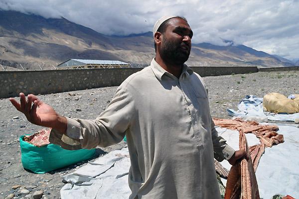 Der handles af afghanere og tadsjukkere på markedet i bjergene i Tadsjikistan