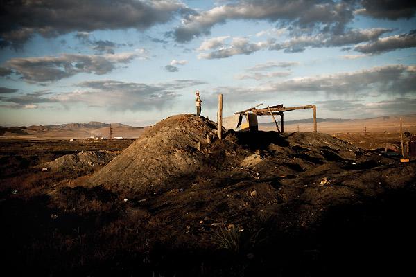 Dreng på bakke i Mongoliet