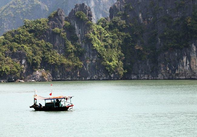 Smuk udsigt med båd i Ha Long Bay
