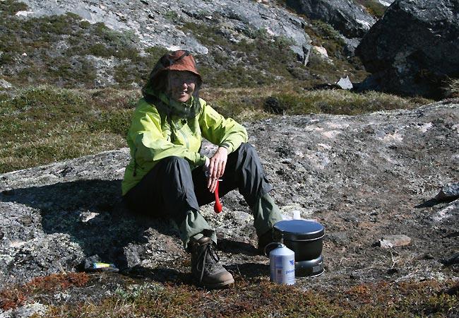 Helle tilbereder mad ved Ilulissat