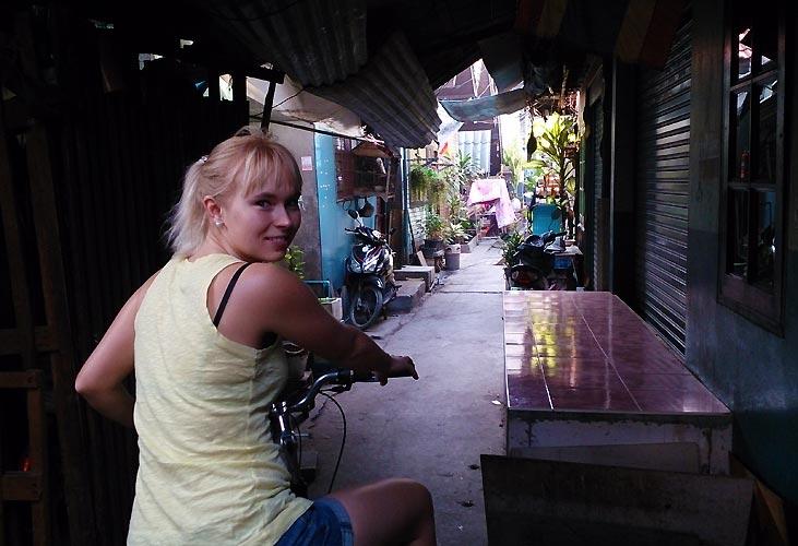 """""""Bag Bangkoks facader"""" af Helle Mikkelsen"""